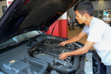 10 bước làm sạch khoang máy ô tô