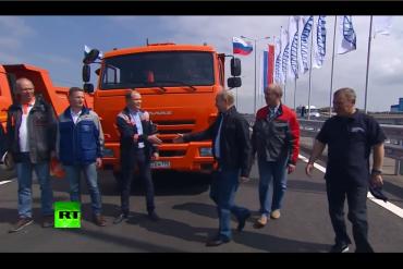 Vladimir Putin đích thân lái xe KAMAZ dẫn đoàn khánh thành cầu dài nhất châu Âu